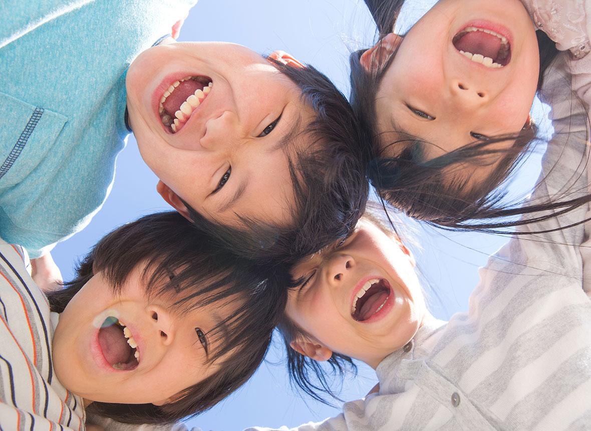 円陣を組む子供たち